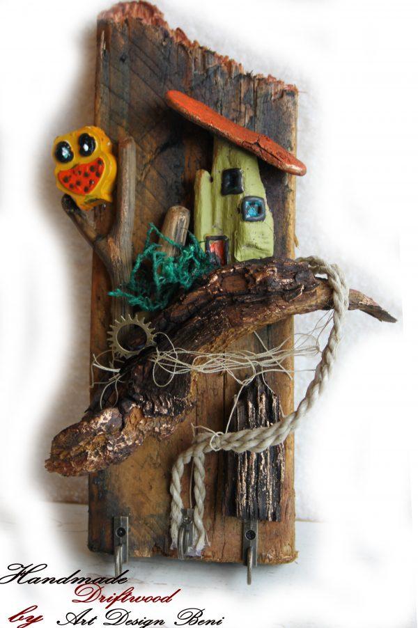 DRIFTWOOD ART ЗАКАЧАЛКА, Изработена от масивна суха дъска, поплавоци, сух новозенландски мъх, рибарска мрежа. Обработена с естествени натурални масла. Особено подходяща за закачалка за ключове или декорация за детска стая. Поставени са 3 броя оксидирани, състарени окачалки. Размер 27/10/2,5 см.